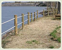 (写真)公園・ロープ柵