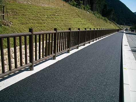 (写真)兵庫県多可町 県道加美・氷上線(転落防止柵)