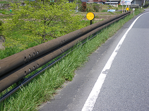 (写真)木製ガードレール