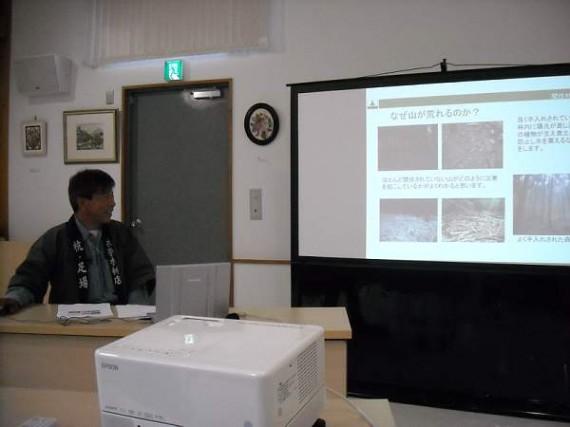 H22.07.03 多可町生活創造大学 生活環境科(第2回) 間伐の必要性について語っているところ