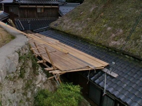 木製の仮設足場組み(家屋・後面側)