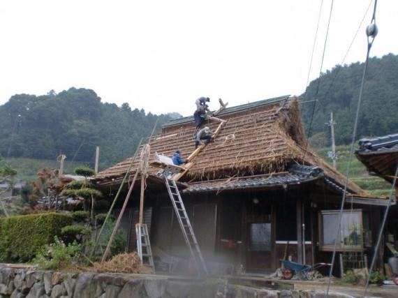 茅葺き工事 ・ 棟木を引き上げているところ