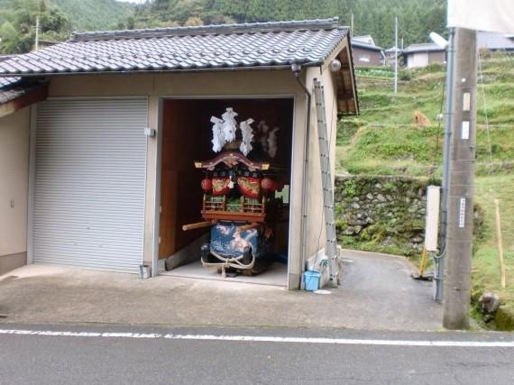 岩座神・氏神 五霊神社 曳山 (今年は雨天のため、曳山倉庫の中で飾りつけ)