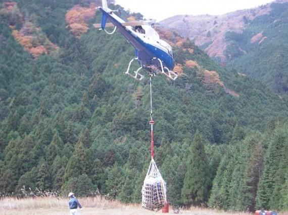 ヘリコプターによる木製資材輸送 (輸送基地から出発の様子1)