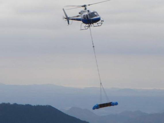 ヘリコプターによる木製資材運搬 (荷揚げ地点付近から)