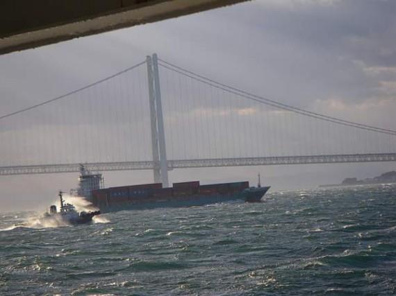「明石海峡大橋」(遠望) 今後はこの橋だけを使って資材納入