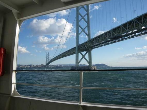 「明石海峡大橋」(桁下から) 自動車はこの橋の上を走ります