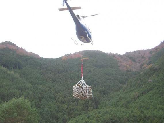 「ヘリコプター」による木製資材の輸送作業