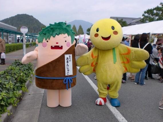 多可町観光PRキャラクター「あまんじゃこ」 と 兵庫県キャラクター「はばたん」 の2ショット