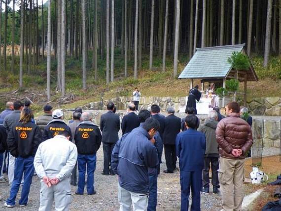「山の神様」 神職の安全祈願を見守る出席者