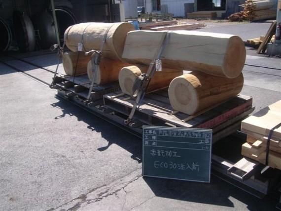 加工後、木材保存処理工場に持ち込まれた園名板