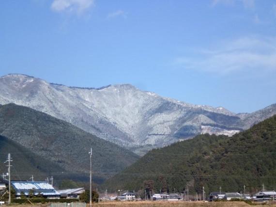 新春(1月1日)の降雪で雪化粧した千ヶ峰 (麓に創業の地・岩座神があります)
