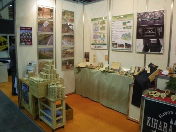 「中小企業総合展2011 in Kansai」 弊社ブース(左側) 間伐材の有効利用の展示