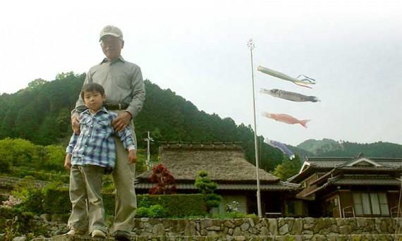 創業地・岩座神の自宅に揚げられた「鯉のぼり」 創業者の父と兄の長男の2ショット