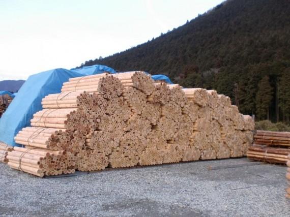 第1木場(加工場に隣接)に山積みにされた丸棒加工品 (丸棒加工のみで半製品の状態)