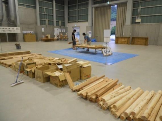 制作に使える提供木材 (右側は弊社が提供した丸棒)