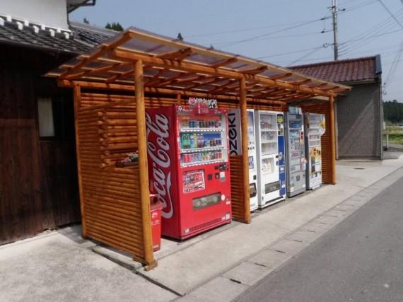 丸棒加工品で作成されて「擁壁」で囲まれた「自動販売機」 (全景)