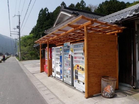 国道沿いに設置された「自動販売機」とその周りに設置された「擁壁」