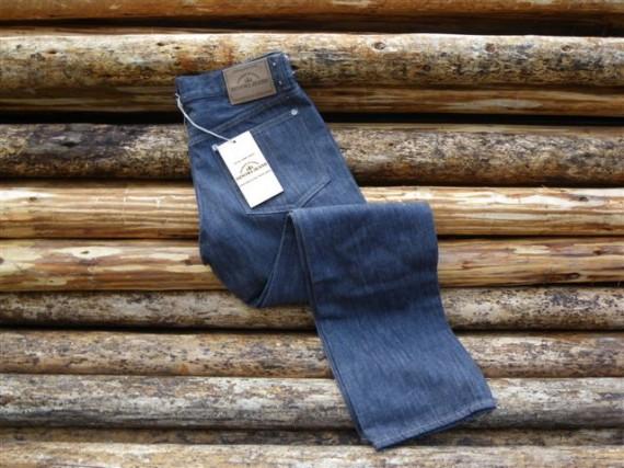 「ひのきジーンズ」(足場丸太の上)  (弊社の取り扱い商品の「足場丸太」の上に置いていますが、結構気に入った写真です)