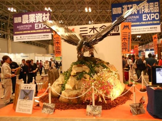 「道工具・作業用品EXPO」コーナーの「三木金物」ブースに展示された「金物鷲」