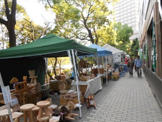 「水都おおさか 森林の市2011」 (木工品販売の様子)