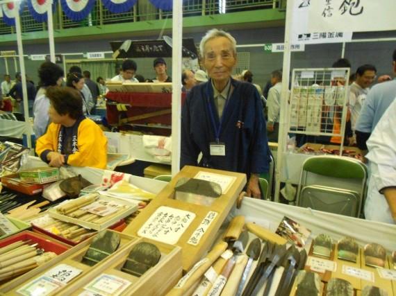展示即売会会場内 伝統工芸士と鉋(かんな)の2ショット