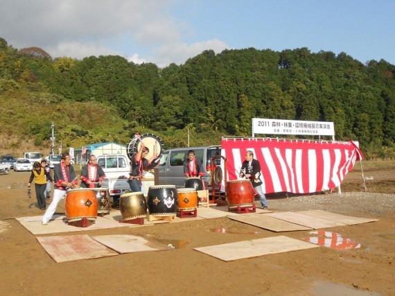 「2011森林・林業・環境機械 展示実演会」 入口付近での歓迎イベント