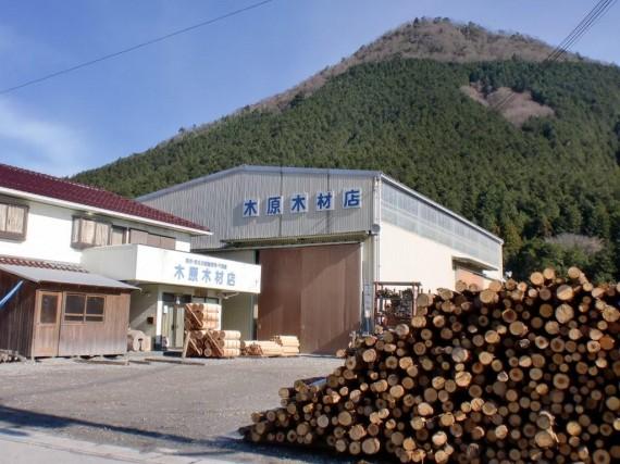 弊社・正面入口 (工場内の木場には常に原木もしくは集荷待ちの製品が山積みに)