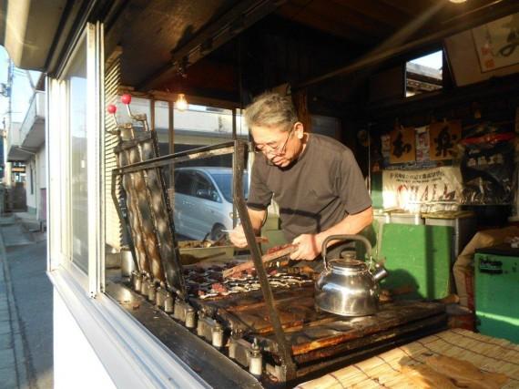「鯛焼き」を焼く店主 (この鯛焼きのように、店主のお腹の中には「アンコ」が一杯?