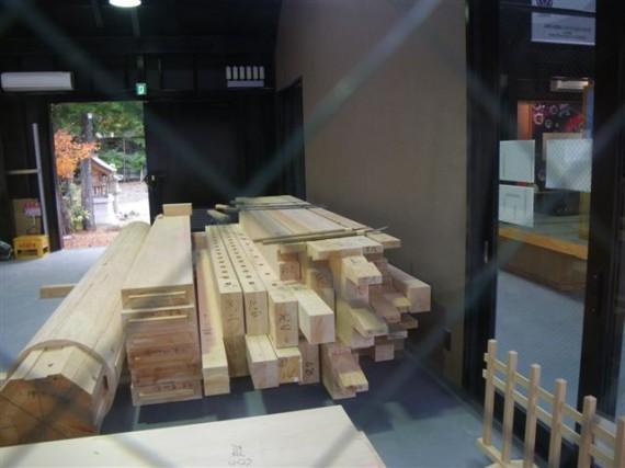 「壇上伽藍・中門再建工事」の「作業館」(刻み小屋)に並ぶ製材品