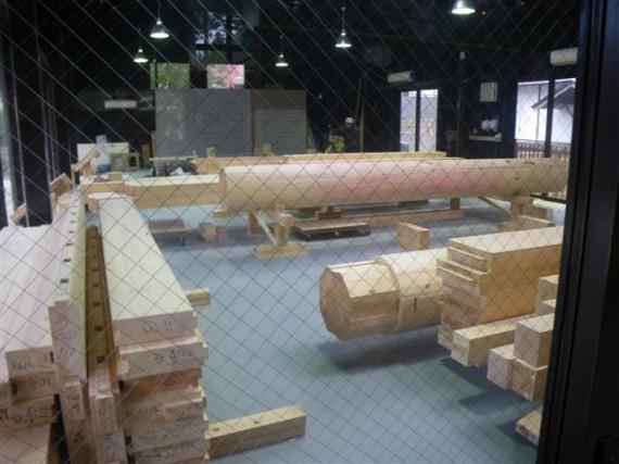 「壇上伽藍・中門再建工事」用の建築材料を加工する「作業館」(刻み小屋)