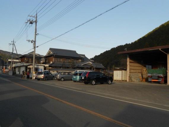 「千ケ峰TAiYAKi宮崎」 店舗のコンテナハウスの周りには鯛焼きを待つ人と車が……