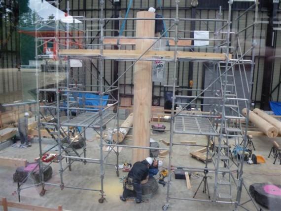 「檀上伽藍・中門再建工事」での丸柱(円柱)の据え付け工事