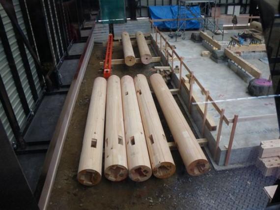 「壇上伽藍・中門再建現場」で立てかけを待つ丸柱(円柱)