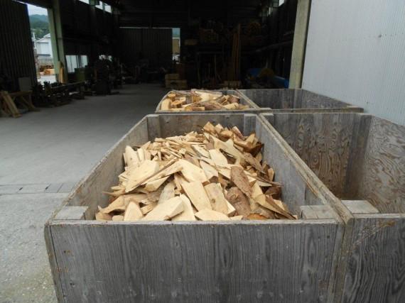 間伐材(小径木)を土木用資材に加工した後に残った端材 (チップ工場に運ばれさらに有効利用)