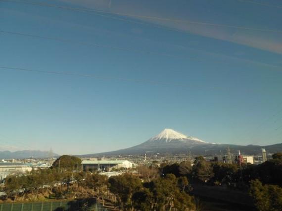 「低炭素杯2012」視察に向かう新幹線の車窓からくっきりと見えた雪景色の富士山 『エコ富士』