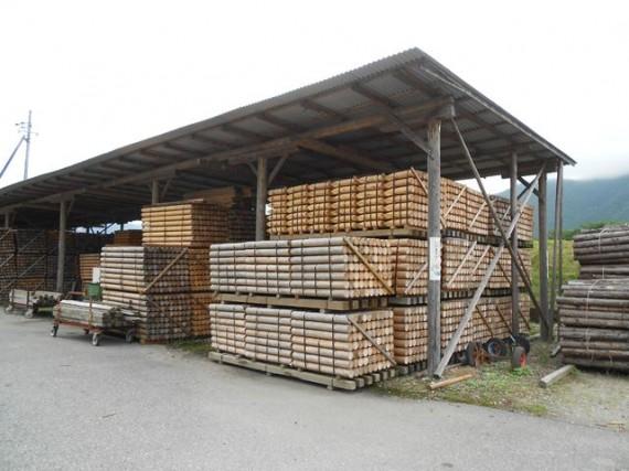 土木用木材の在庫状況 (加工済みの丸棒製品を第2木場で保管)