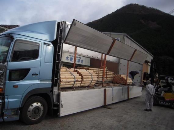 長距離輸送分は運送会社の「帰り便」を有効利用 (木材を積んでもいいのかな…と思うトラックも)