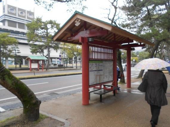 参道脇にある「バス停」にも「丸棒・丸柱・円柱加工品」が多用されていました