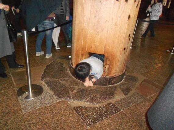「東大寺・大仏殿」 右側後方の「穴潜り」ができる丸柱(円柱)での「穴潜り」の様子