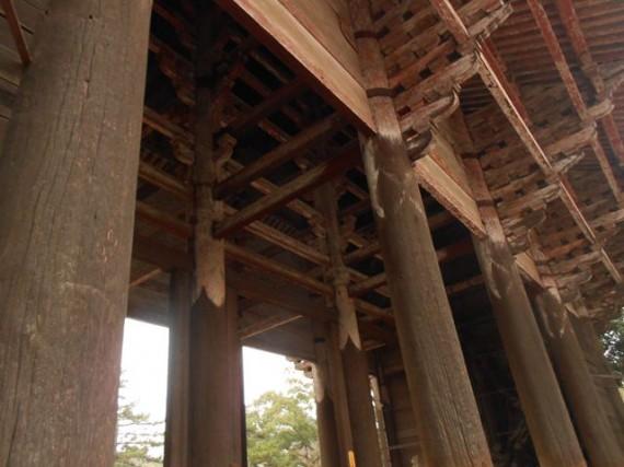 「東大寺・南大門」の丸柱(円柱)の上部 屋根を支える肘木が6重に入っています