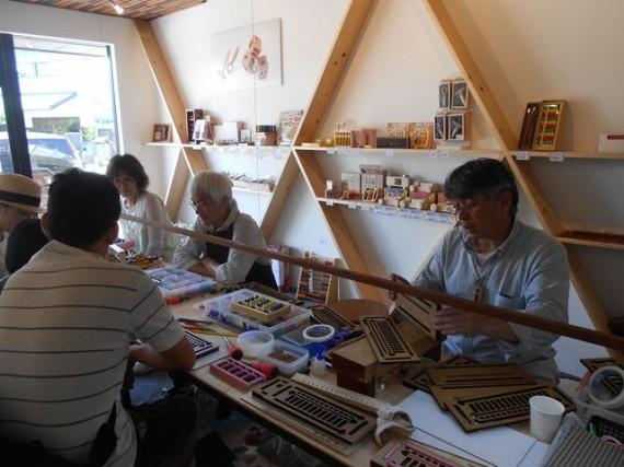 「伝統工芸・そろばん」のデザイン化に取り組む宮永社長と店内の様子