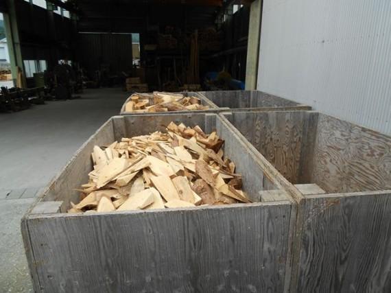 「丸棒加工」のカット作業や「杭」の先付け作業で出た「間伐材の端材]