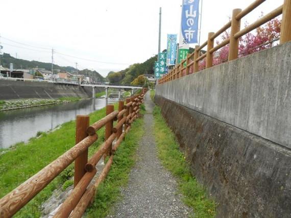 天竜川沿いの遊歩道に設置された「木柵」