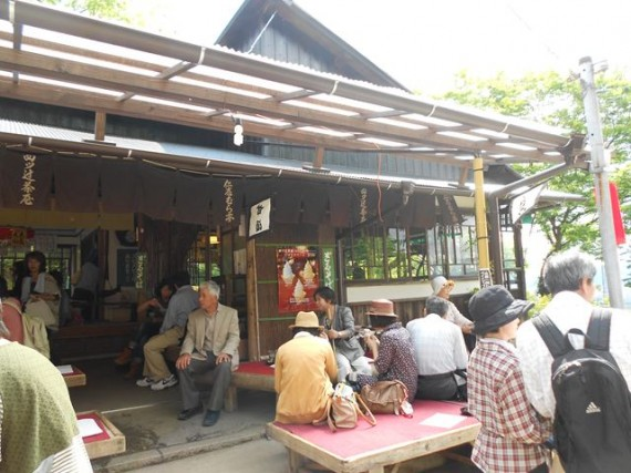 「稲荷山・四つ辻」の茶店 (ここで4合目ぐらいですが、食事をすると登頂意欲が低下?)