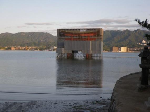 宮島・厳島神社 修理中の大鳥居 (海岸側から)