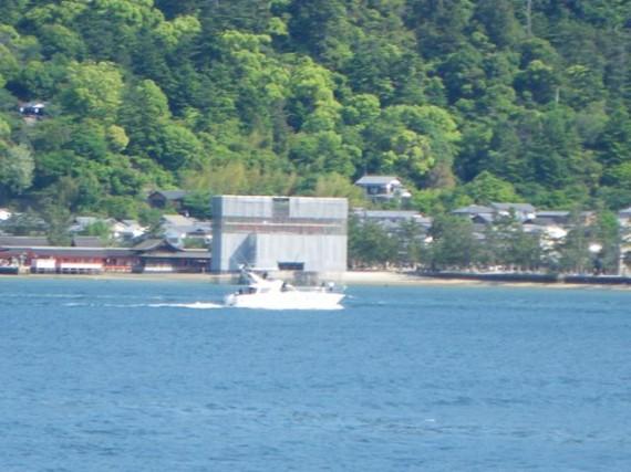宮島・厳島神社の鳥居 (連絡船からの厳島神社側を望む)
