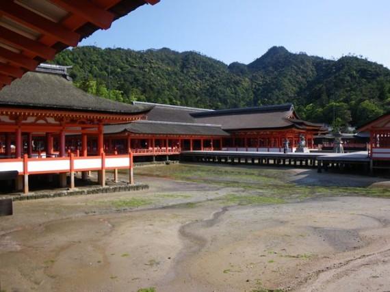 干潮時の「厳島神社・廻廊」の遠景