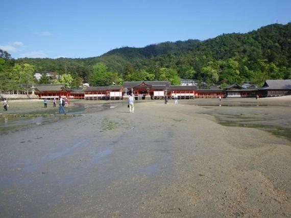 宮島・厳島神社 干潮で海岸に降りて、鳥居を近くで見たり、神社側を振り返りました
