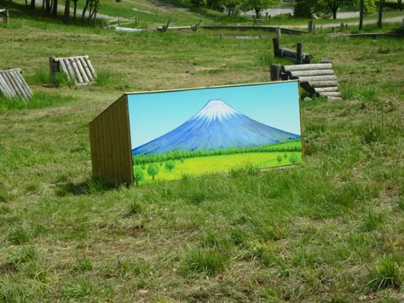 木製障害物には、「富士山」の絵が描かれています